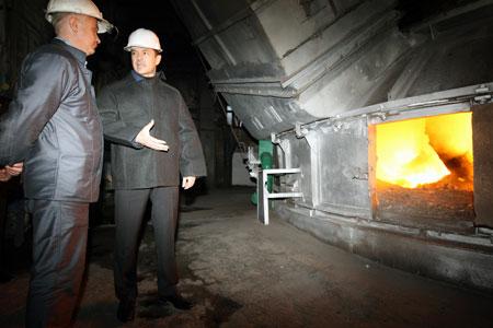 Сергей Тигипко, сам инженер-металлург по образованию, просто не мог не посмотреть на ферросплавный завод в действии.