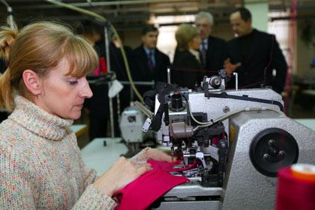 В одежде, которую шьют работницы Стахановской швейной фабрики, красуются модницы Англии и Голландии.