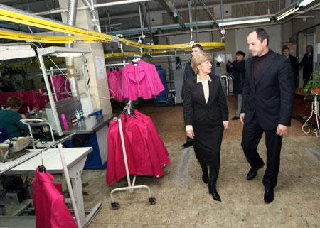 Общаясь с сотрудниками швейной фабрики, политик еще раз подчеркнул важность заботы государства о своем товаропроизводителе.