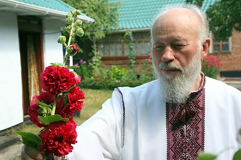 В день рождения митрополита прихожане дарят ему цветы.