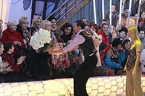 Егор Бероев, по просьбе Татьяны, вручил букет Навки ее маме - Раисе Анатольевне. Фото: Олег НАУМОВ.