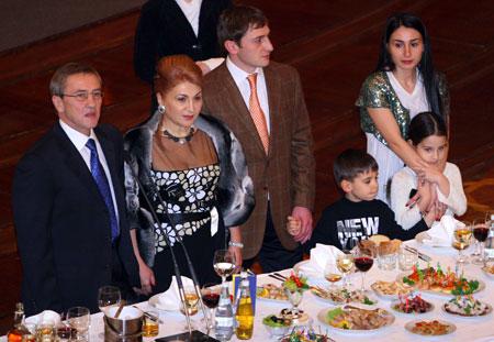 Мэр часто выходит в свет со своей семьей: женой Алиной Айвазовой, сыном Степаном, дочерью Кристиной и внуками Леонидом и Алиной.