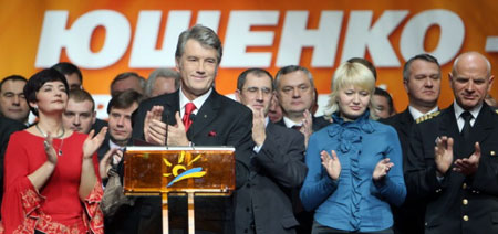 Виктора Ющенко пришли поддержать персонажи известных телероликов, в которых они аргументировали, почему будут голосовать за действующего президента.