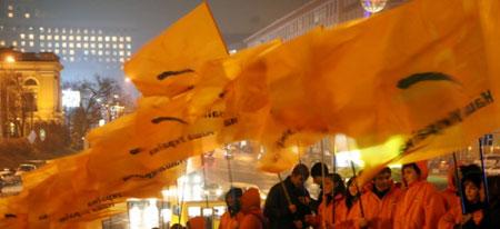 На презентацию своей программы президент, как и в 2005 году, шел через живой коридор оранжевого цвета.