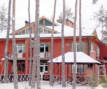 Этот дом в Конче-Заспе полностью отвечает желанию Аллы Борисовны приобрести неброский особнячок, скрытый среди деревьев и с хорошей охраной.