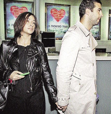 Иван всегда уводит свою жену подальше от фотокамер. Фото Михаила ФРОЛОВА.