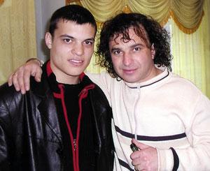 Виктор с сыном Александром. Фото с официального сайта певца.