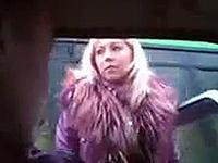 Блондинка в ярости готова была уничтожить и служебную легковушку, и всех, кто в ней находился.