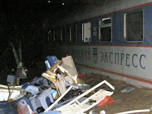Вагон №2 оказался в кювете в километре от места, где остановился поезд, вагон №1 – еще дальше. Фото: Карина Михайлова
