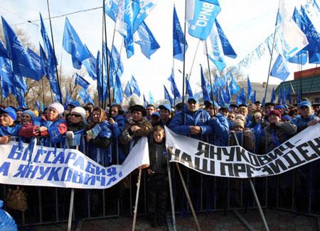 В небольших городках (как, впрочем, и в мегаполисах) Виктора Януковича всегда встречают как дорогого гостя.