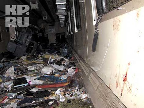 Стены вагона в запекшихся бурых подтеках. Кровь везде - на белых салфетках-подголовниках,тряпках,шторах, одеялах. Фото: Дмитрий Стешин, Александр Коц.