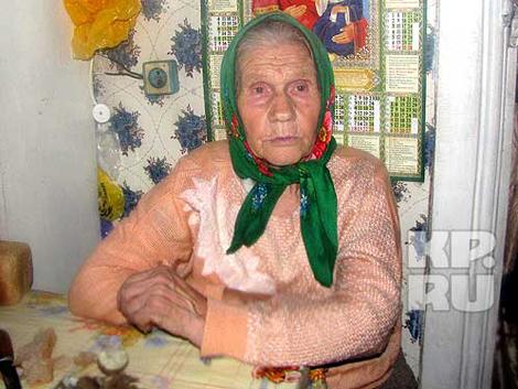 Два искореженных вагона «Невского экспресса» пролетели мимо дома 78-летней Елены Голубевой. Фото: Дмитрий Стешин, Александр Коц.