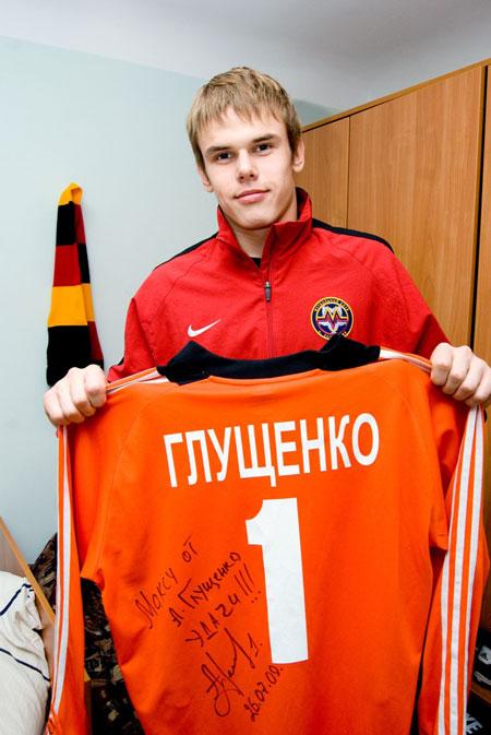 Главный трофей в коллекции Максима - свитер бывшего вратаря «Металлурга», а ныне - его тренера Андрея Глущенко.