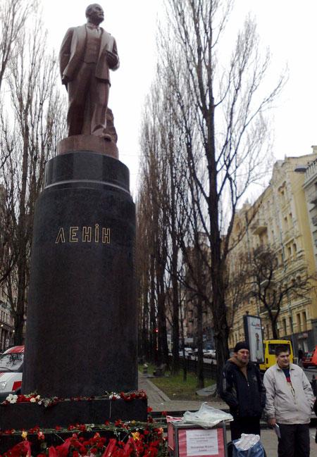 Возле монумента круглосуточно дежурит охрана.