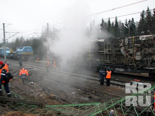 Разрушенный вагон погрузили на платформу.Фото: Александр КОЦ