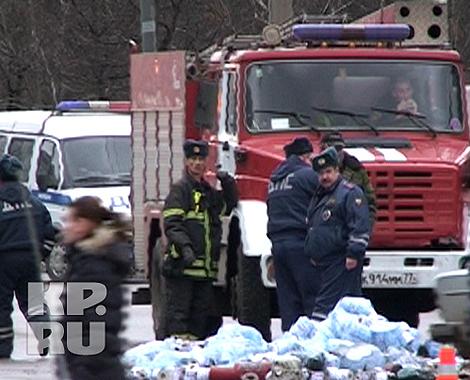 Ни пожарным, ни гаишникам не приходилось прежде сталкиваться с такой напастью. Фото: Александр БОЙКО.
