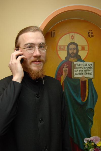 Теперь большинство духовных вопросов можно решить по мобильному. Фото Ирины МАКУШИНСКОЙ.