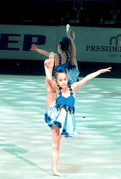 Наши девочки выступают во Дворце Спорта в г.Киеве. На переднем плане – Женечка.