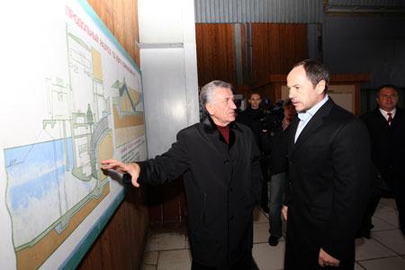 Начальник управления Каховского канала Юрий Важенко показывает схему крупнейшей в Европе оросительной системы.