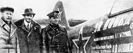 По официальной версии, во время войны Мессинг (в центре) подарил Красной Армии два самолета. На самом деле деньги на «подарки» у него вымогал угрозами НКВД. Маг, расставаясь с миллионом рублей, был страшно зол.