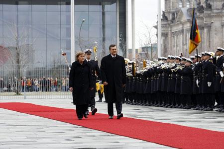 Приоритетом страны во внешней политике по-прежнему остается вступление в ЕС. Лидер ПР демонстрирует это при каждой встрече с европейскими лидерами.