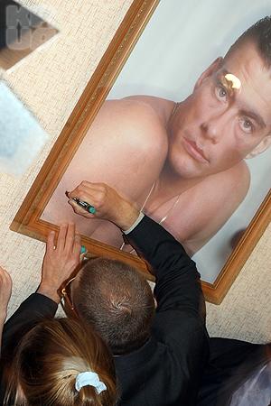 Автограф актер оставил на собственном портрете, который висит в интренате перед спальней девочек-спортсменок.