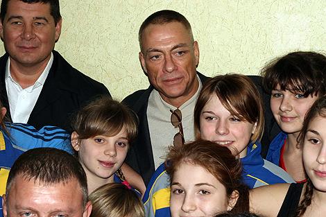 Актер фотографировался со всеми юными спортсменами.