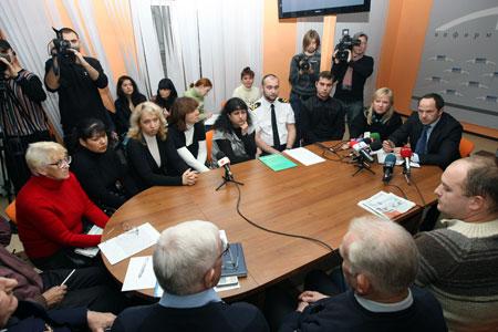 Сергей Тигипко встретился с родственниками моряков судна «Ариана», захваченного пиратами.