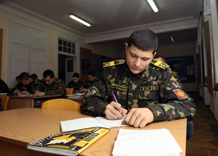 Будущая элита украинской армии прилежно штудирует учебники.