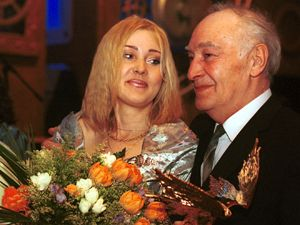 С дочерью Анной на праздновании своего 80-летия. Актер принимает подарки и поздравления от друзей.