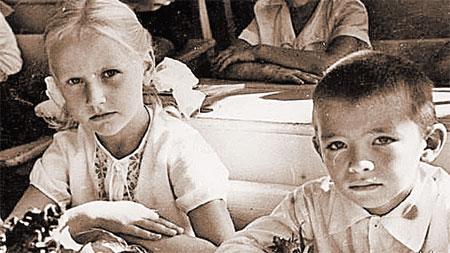 А в начальных классах Игорек и Марианна сидели за одной партой.