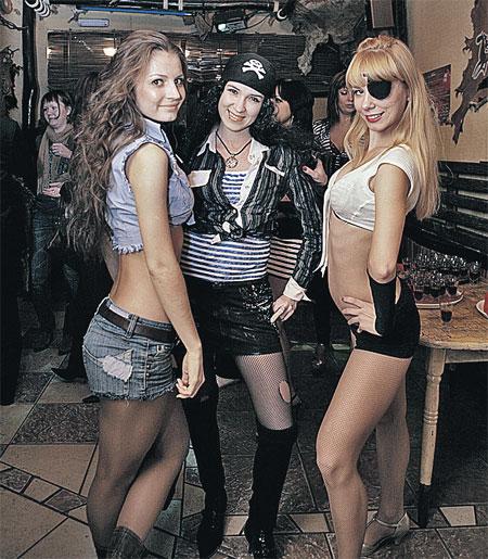 Мария (крайняя слева) и другие девушки из танцевальной группы спаслись только потому, то знали, где находится запасной выход.