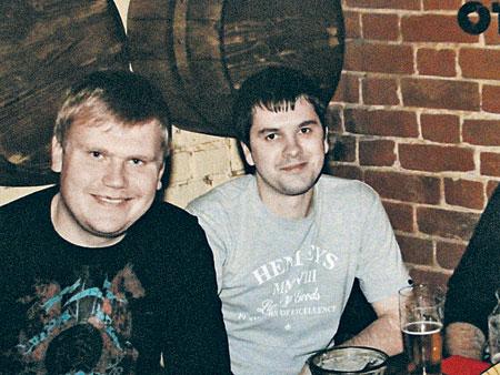 Артем (справа) погиб в день своего рождения. Его друг Денис попал с ожогами в московскую больницу.