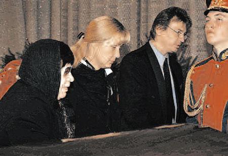 С актером прощаются близкие. Слева направо: вдова Тихонова Тамара Ивановна, дочка Анна, зять Николай.