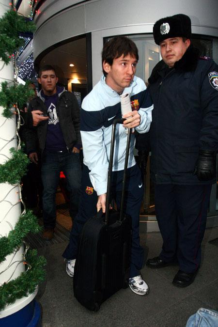 Лео Месси – обладатель «Золотого мяча» - в аэропорту Киева был нарасхват!
