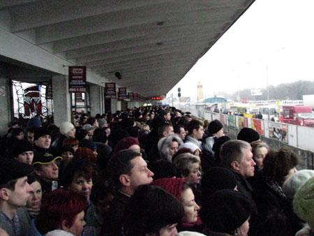 Даже после того как движение возобновилось, горожанам пришлось выстоять огромную «очередь», чтобы попасть в вагон. Фото Виталия ДЯЧЕНКО.