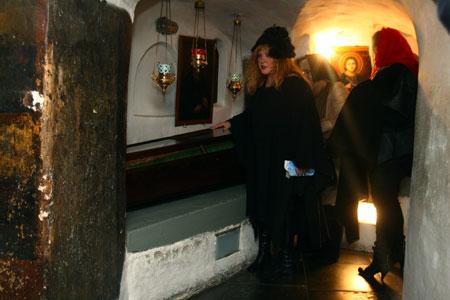 В Ближних пещерах певица приложилась к святым мощам.