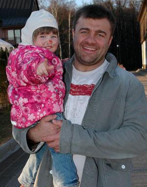 Для маленькой Маши быть с папой - самое большое счастье.