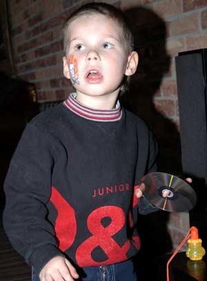Младший сын актера Миша в своем знаменитом папе души не чает.