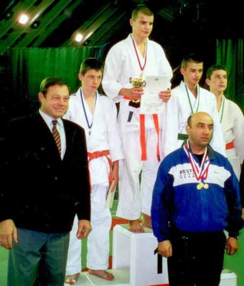 Старший сын Пореченкова Владимир (стоит на верхней ступени пьедестала) за успехи в борьбе получил от своего тренера (на фото он в спортивном костюме) прозвище Железный Вовчик.