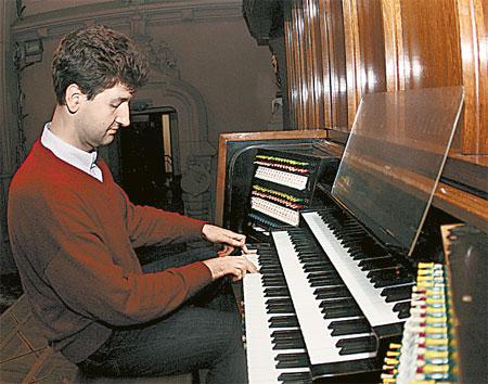 В зале, где стоит орган, днем проводят репетиции, а вечером дают концерты.