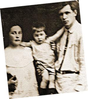 Маленький Слава с мамой Валентиной и папой Василием (начало 30-х годов).