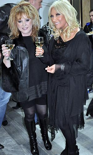 Пугачева взяла бокал белого вина, приобняла Таисию Повалий и принялась позировать фотографам.