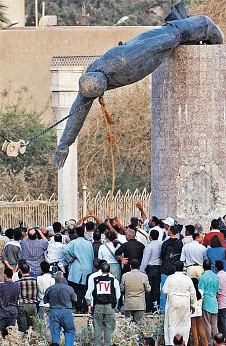 Иракцы избавляются от диктатуры и заодно от памятника Саддаму. А ведь, по пророчеству Нострадамуса, именно отсюда должна была начаться третья мировая война еще в 2002 году.