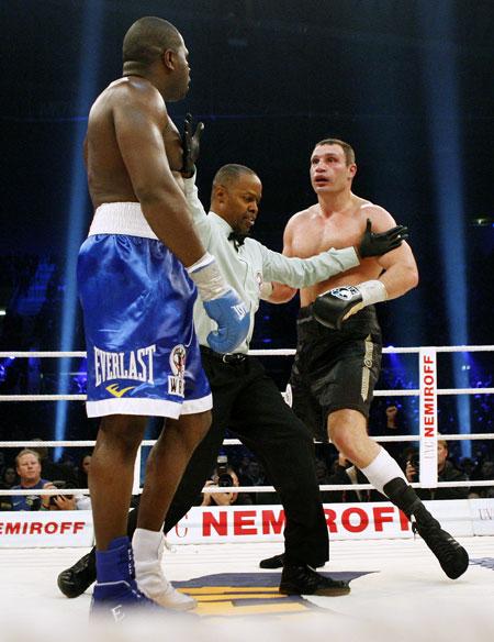 Рефери боя помешал Кличко после поединка добить охамевшего Джонсона.