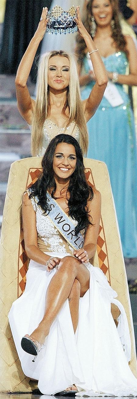 Корону на самую красивую девушку планеты этого года Кайэн Алдорино надела «Мисс мира-2008» Ксения Сухинова. Фото РЕЙТЕР.
