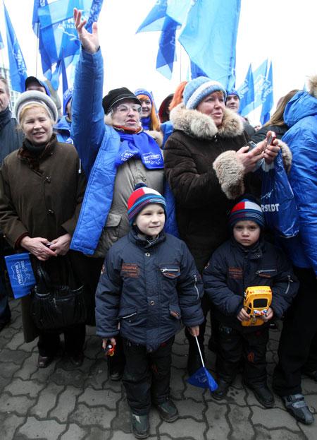 На выступление лидера Партии регионов в центре города собрались тысячи людей: и старики, и молодежь...