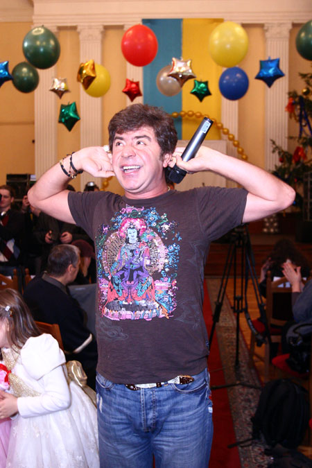 Сосо Павлиашвили ненадолго сбежал с «Рождественских встреч», чтобы поздравить украинских Басков явно не одобрил шалости детей.