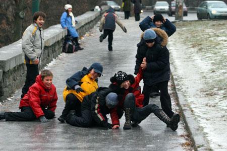 Пока школьники радуются незапланированным «каникулам», специалисты ломают голову, как не допустить распространения болезни. Фото Максима ЛЮКОВА.