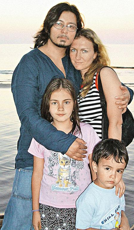 После концерта в Эстонии Мурат с Натальей, дочкой Лией и сыном Акимом. 2004 г.
